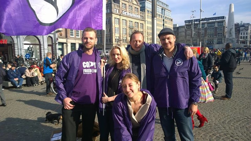 Partijleden voeren campagne op de Dam in Amsterdam.