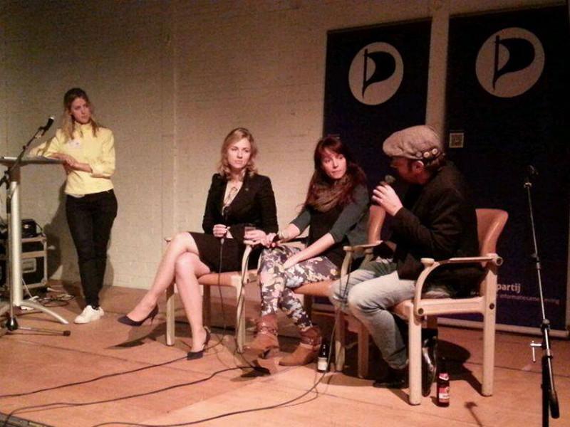 Piraten uit Duitsland, België en Nederland in gesprek, in het midden Ancilla van de Leest.
