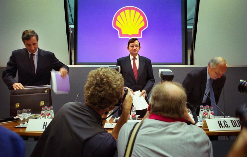 Jeroen van der Veer (in het midden) tijdens een persconferentie in 1999. Foto: Roger Dohmen / HH