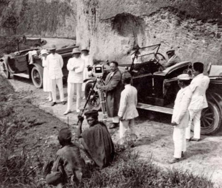 Tijdens opnames van de Bataafsche Petroleum Film  in Nederlands-Indië (1924). Foto: Spaarnestad Photo