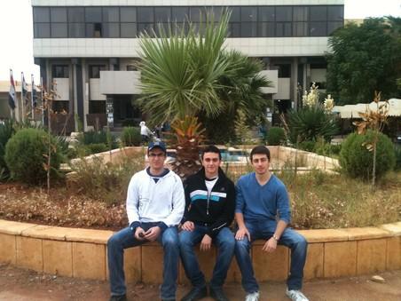 Hoseb (midden) voor de Universiteit van Aleppo. Foto: Hoseb Assadour