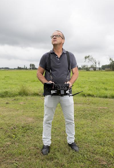 Een drone van Aerialtronics gaat de lucht in. Foto: Daan Paans (voor De Correspondent)