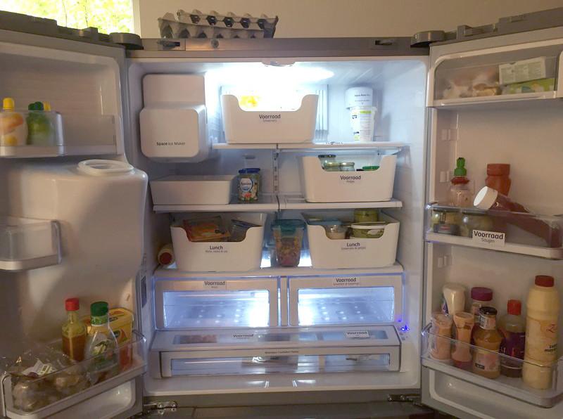 De koelkast op de redactie. (De labels zijn van onze vormgever en systeemdenker Leon Postma.)