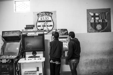 Jongens in een spelletjeshal in Douar Hicher, Tunis. Foto: Sebastian Liste / NOOR voor The New Yorker