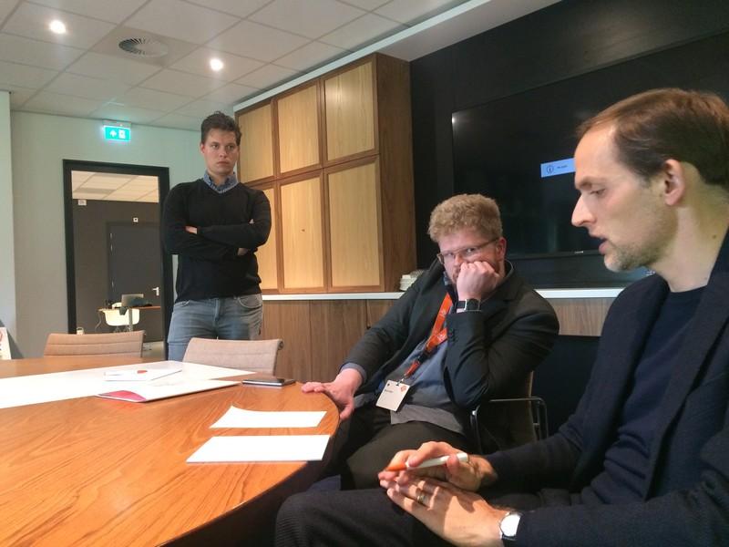 V.l.n.r. Bram Groot (KNVB-woordvoerder), Martin Rafelt, Thomas Tuchel. Op tafel liggen tactische notities van Tuchel.