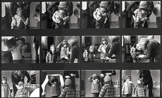 Detail van de installatie 'Dressing to Go Out/Undressing to Go In' uit 1973 waarin Mierle Laderman Ukeles op 95 zwart-witfoto's het aankleden van haar kinderen laat zien. Foto: Courtesy of Smith College Art Museum. Purchased with the Judith Plesser Targan Class of 1953 Fund.