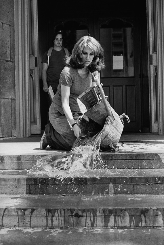 Mierle Laderman Ukeles tijdens de performance 'Washing / Tracks / Maintenance: Outside, 1973'. Foto: Courtesy of Ronald Feldman Fine Arts
