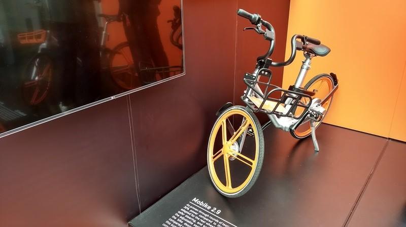 Deelfiets Mobike op de expo van fietscongres Velo-City. In China rijden er al 5 miljoen van rond, ze zijn nu net ook gelanceerd in Manchester.