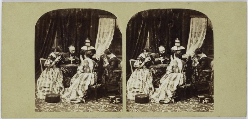 Stereofoto. Alexis Gaudin, zijn vrouw en enkele modellen bekijken stereofoto's, anoniem, 1860. Bron: Rijksmuseum