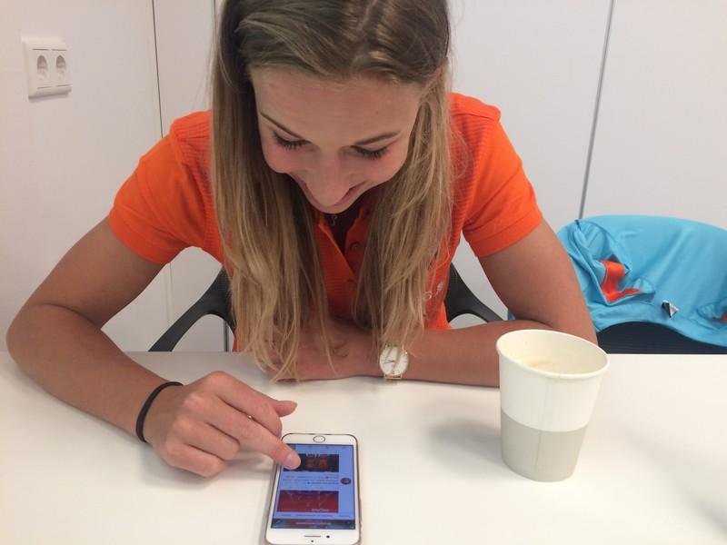 Jackie Groenen zoekt op Twitter naar de video van Nederland-Oostenrijk.
