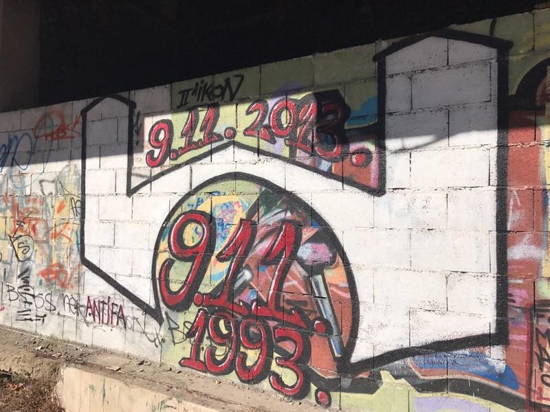 Graffiti in Mostar herinnert aan de dag dat de brug kapot werd geschoten. Foto: Steven Schoppert