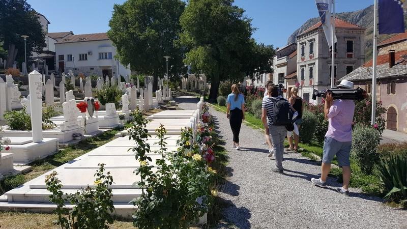 We lopen over een Bosniakken-begraafplaats midden in de stad, waar mijn gids veel vrienden heeft liggen. Foto: Bas van der Ham.