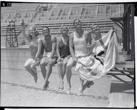 Marjorie Gestring, Dutch Smith, Georgia Coleman, Johnny Weissmuller en Mickey Riley tijdens de Olympische spelen van 1939 in Los Angeles. Foto: Bettmann / Getty