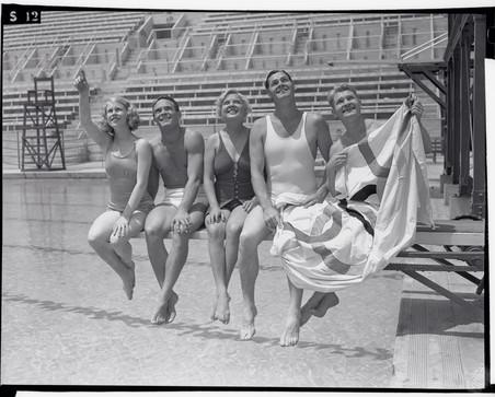 Marjorie Gestring, Dutch Smith, Georgia Coleman, Johnny Weissmuller en Mickey Riley tijdens de Olympische spelen van 1939 in Los Angeles. Foto: Bettmann / Getty