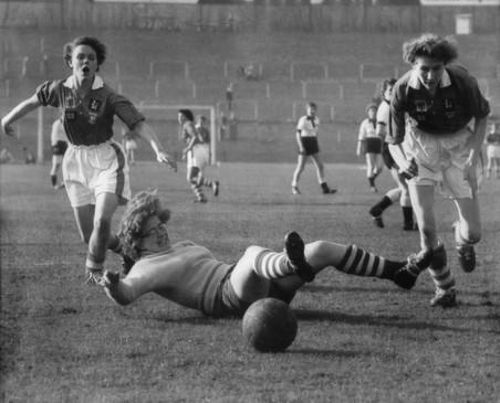Europees voetbalkampioenschap voor vrouwen. Duitsland tegen Engeland in Berlijn, 1957. Foto: Ullstein bild / Getty