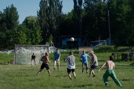 Vrijwilligers van het UVA spelen een potje voetbal naast hun bases nabij Marioepol. Foto's: Andreas Staahl (voor De Correspondent)