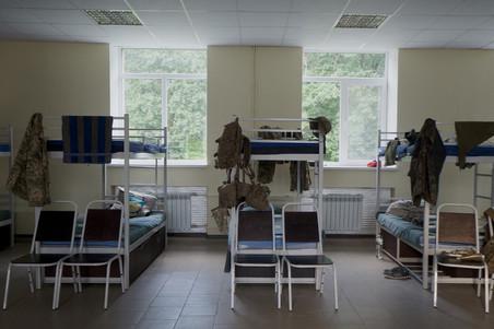 Foto boven: keuken op het hoofdkwartier van het Oekraïense vrijwilligersleger in Pokrovs'ke. Onder: de slaapzaal. Foto's: Andreas Staahl (voor De Correspondent)
