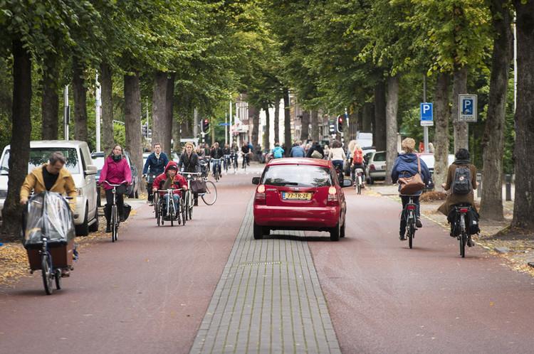 Auto's en fietsers delen in de ochtendspits de fietsstraat op de Prins Hendriklaan in Utrecht. Foto: Erik van 't Woud / HH