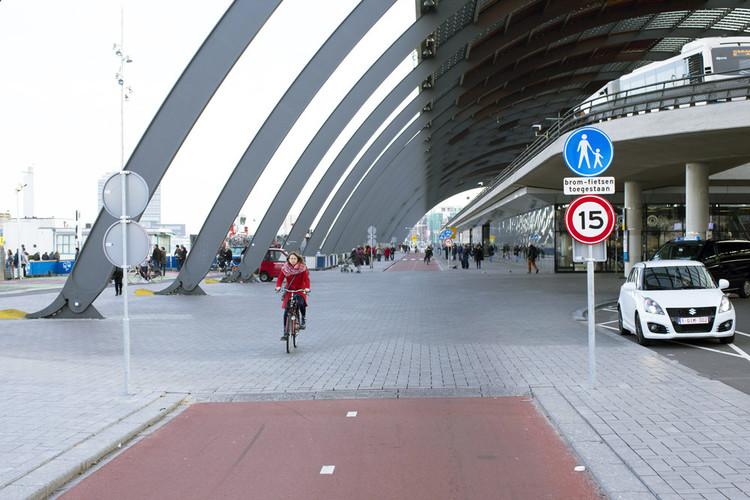 Shared space achter het centraal station van Amsterdam. Foto: Thomas Schlijper / HH