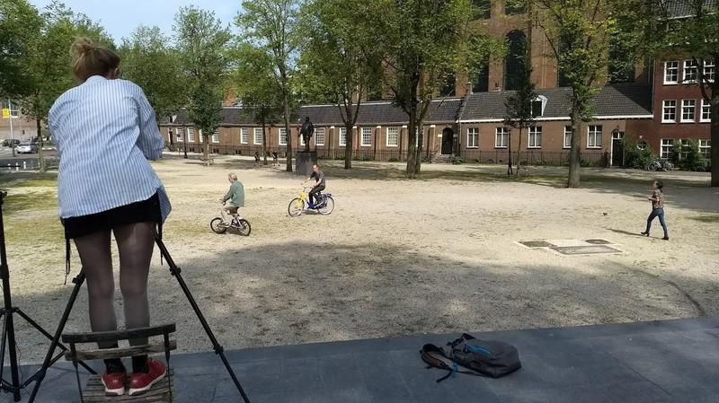 Sneak preview: fotografe Trees Heil maakt nabij de Hortus Amsterdam een fotoserie bij het verhaal van Luud Schimmelpennink (op zijn mini-Van Moof) en Ronald Haverman (op OV-fiets). Rechts collega Kwennie Cheng op weg naar wat toeristen die in beeld stonden.