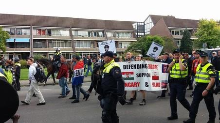 Pegida-aanhangers lopen hun mars (Foto: Mick van Biezen).