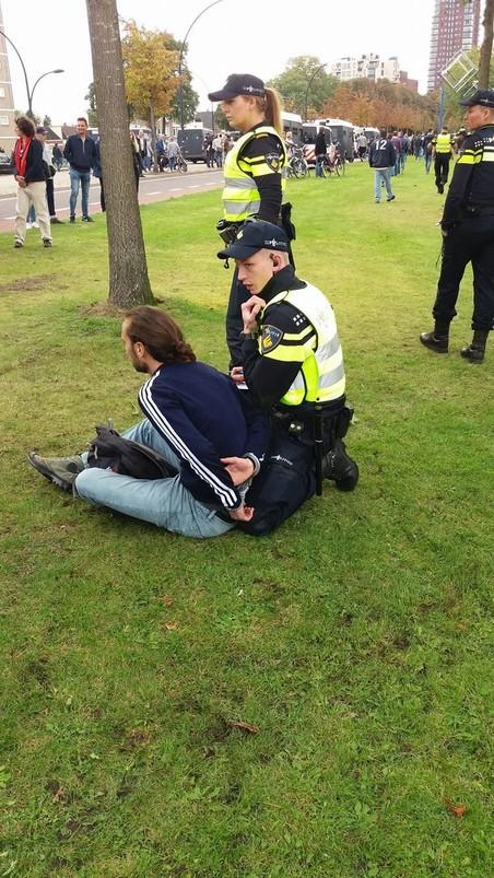 Een demonstrant wordt aangehouden (foto Mick van Biezen).
