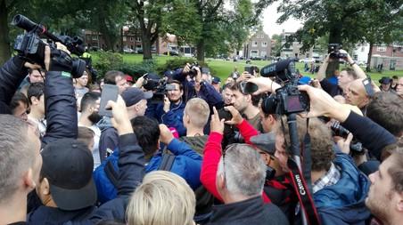 Een discussie tussen een Pegida-aanhanger een een Turks-Nederlandse jongen trekt veel aandacht van de pers (foto Dennis l'Ami).