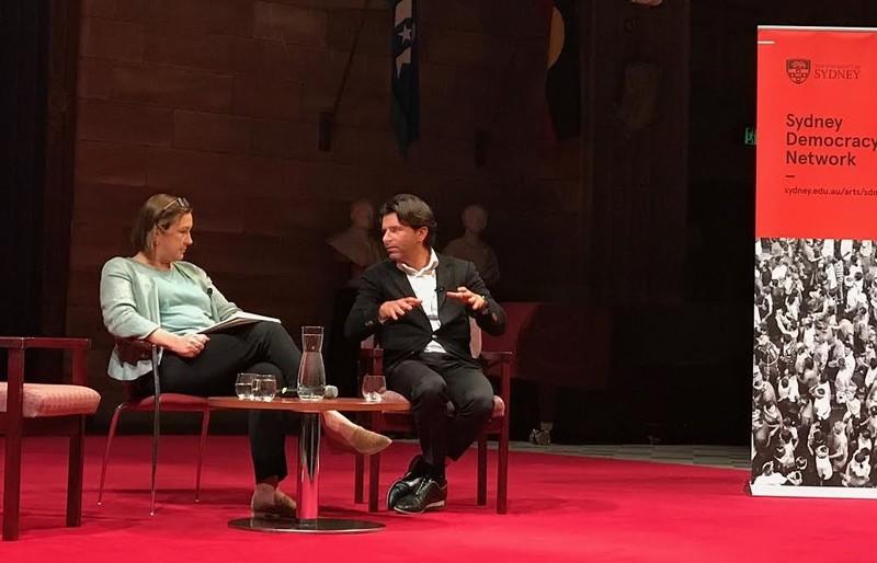 Lenore Taylor (hoofdredacteur van The Guardian Australia) en ik bediscussiëren de toekomst van het nieuws voor het Sydney Democracy Network
