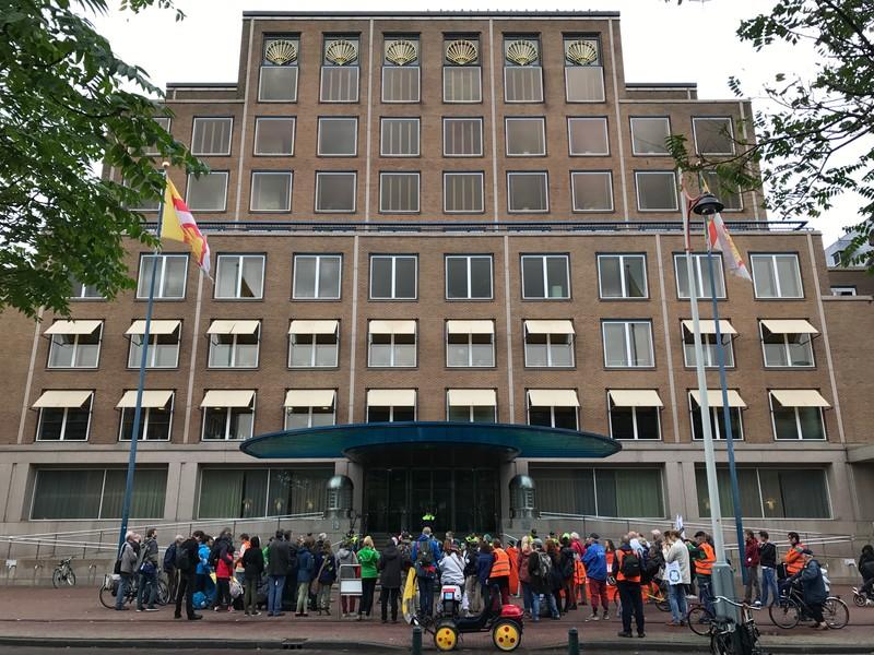 De mars pauzeerde bij het hoofdkantoor van Shell International.