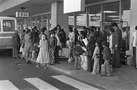 Surinamers komen aan op Schiphol. Foto: Hans Peters / Nationaal Archief