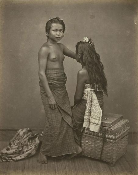 Twee slavinnen van de radja van Buleleng: I Loeh Sari en I Mrijakti, 1870. Foto: I. van Kinsbergen / Leiden University Library