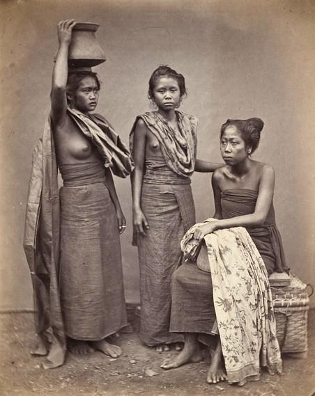 Drie slavinnen (sepangan) van de radja van Boeleleng, 1865. Foto: I. van Kinsbergen / Leiden University Library