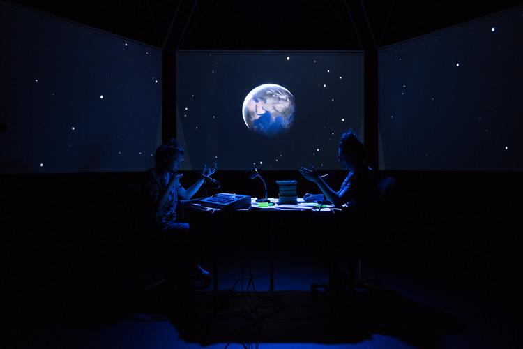 Scènefoto uit de voorstelling 'Tenzij je een beter plan hebt'. Foto: Anna van Kooij