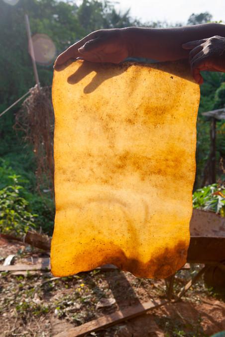 Gedroogd rubber. Foto: Rochi León (voor De Correspondent)