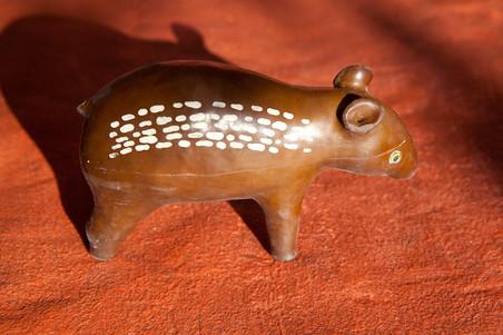 Rubberen speelgoedbeestjes, een van de producten die de rubberboeren produceren om geld te verdienen. Foto's: Rochi León (voor De Correspondent)