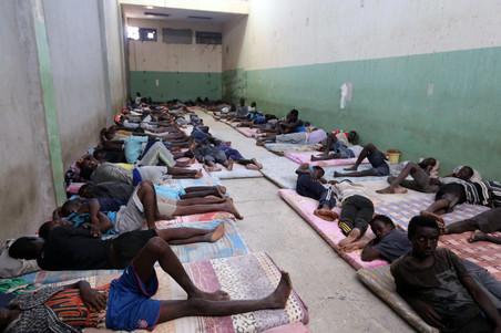 Migranten rusten uit in het al-Nasr-detentiecentrum op 31 augustus 2016, Zawiya, Libië. Foto's: Mahmud Turkia / AFP