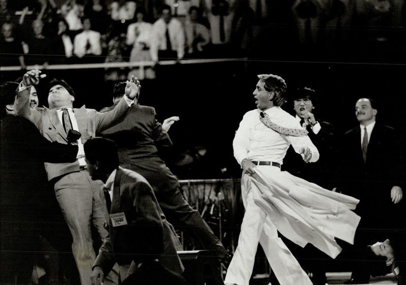Benny Hinn tijdens een van zijn optredens waarbij hij toeschouwers naar eigen zeggen geneest van hun kwalen. Foto: Tony Bock / Getty