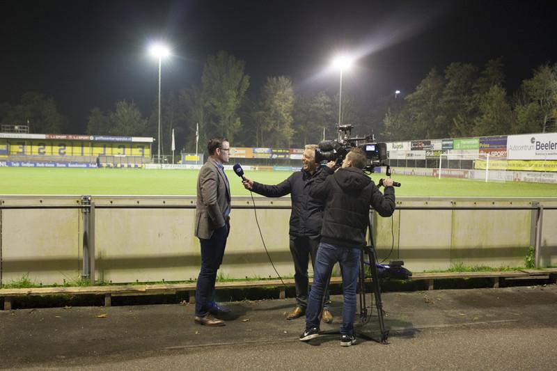 Scheidsrechter Pieter Vink in gesprek met FOX Sports. Foto: Nick van Tiem (voor De Correspondent)