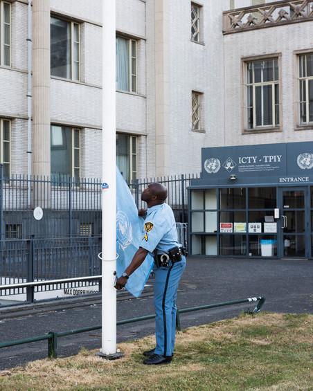 Iedere morgen om 7 uur wordt de VN-vlag gehesen naast het gebouw van het Joegoslaviëtribunaal. Foto: Martino Lombezzi