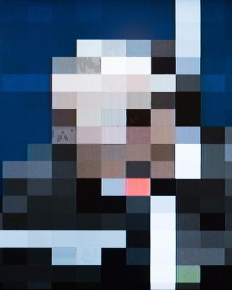 Tijdens een rechtszaak is er een live videoverbinding naar de website van het tribunaal. Wanneer een verdachte beschermd is wordt het gezicht en de stem vervormd op de video. De verdachte kan de getuige echter altijd in de ogen kijken. Foto: Martino Lombezzi