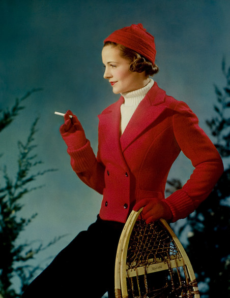 Een vrouw poseert met sneeuwschoenen voor een seizoensgebonden reclame voor het sigarettenmerk Lucky Strike, 1936. Foto: Nickolas Muray/Getty Images