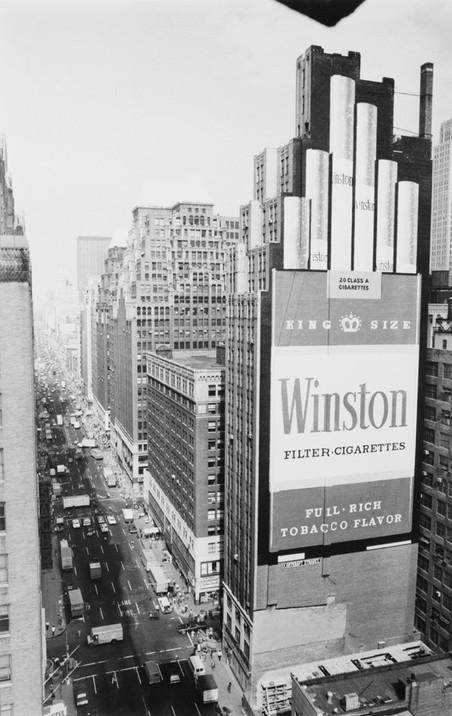 Advertentie van Winston, 1974. Deze twintig etages tellende advertentie kostte acht schilders 1400 uur en 473 liter verf om te maken.