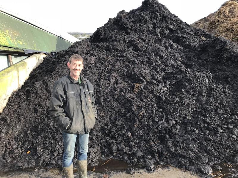 Henk den Hartog voor de compost die hij maakt.