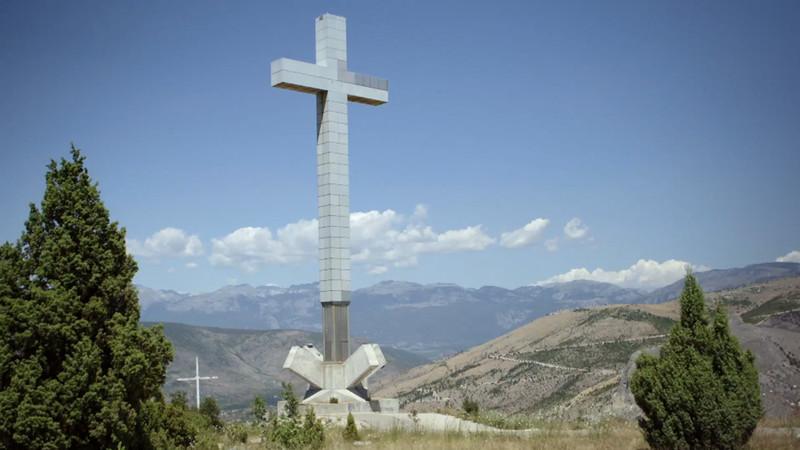 Het kruis op de berg Hum. Stills uit aflevering 1 van De Brug.