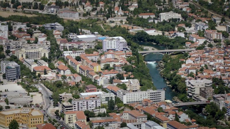 Links van de boulevard de Kroaten, rechts de Bosnische moslims. Stills uit aflevering 1 van De Brug.