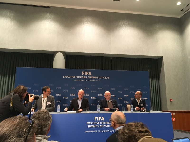 Gianni Infantino (tweede van links) en Van Praag (derde) met hun woordvoerders in het Okurahotel.