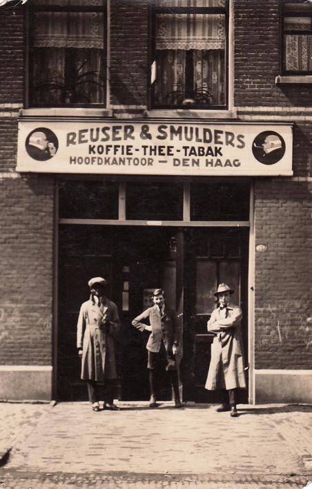 Anton de Kom (links) als vertegenwoordiger in koffie, thee en tabak voor Reuser Smulders in Den Haag, ca. 1923. Foto: Familiearchief
