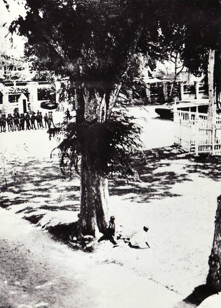 Tijdens de oploop in Paramaribo, 1932. Foto: Sylvia de Groot