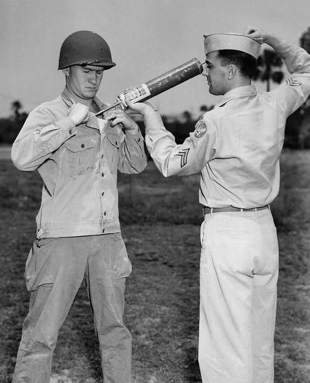 Een Amerikaanse soldaat demonstreert een DDT-handspuit. Foto: CDC