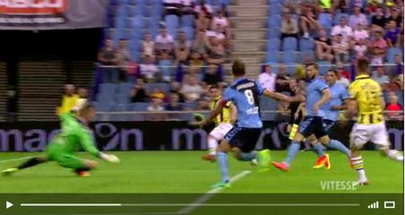 Willem Janssen let op de bal, niet op de uit zijn rug komende Ricky van Wolfswinkel.